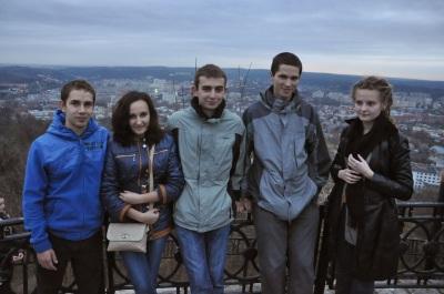 Відрізніть на фото українця. :)